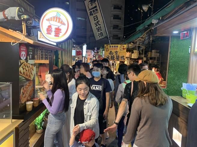 高市府推「傳統市場嘉年華」希望衝高消費力,圖為瑞豐夜市假日人潮。(高市經發局提供/柯宗緯高雄傳真)