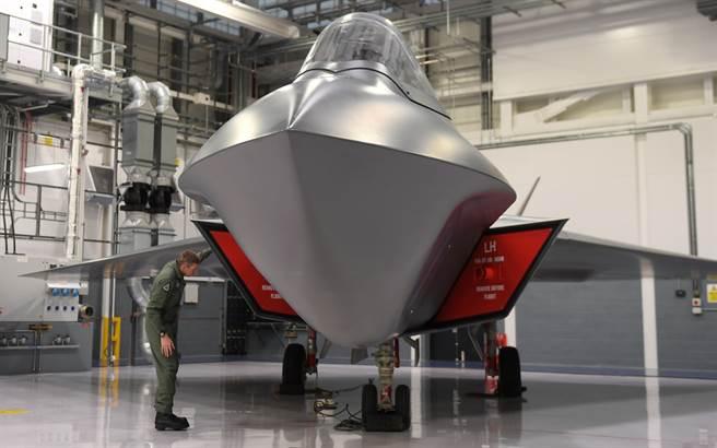 英國第6代戰機「暴風」(Tempest)專案主任霍姆斯(Jez Holmes)2019年1月在馬漢皇家空軍基地(RAF Marham)檢視「暴風」戰機原型的資料照。(達志圖庫/TGP)