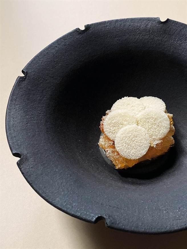 RAW餐廳本季新菜「凍梨.川貝.桃膠」,標榜有「Gummy Bear」(小熊軟糖)口感。(圖/RAW餐廳)