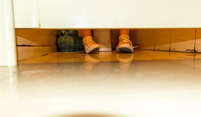 桃園一位男性沒忍住慾望與未成年女友發生性行為,慘被判刑。(示意圖/Shutterstock)
