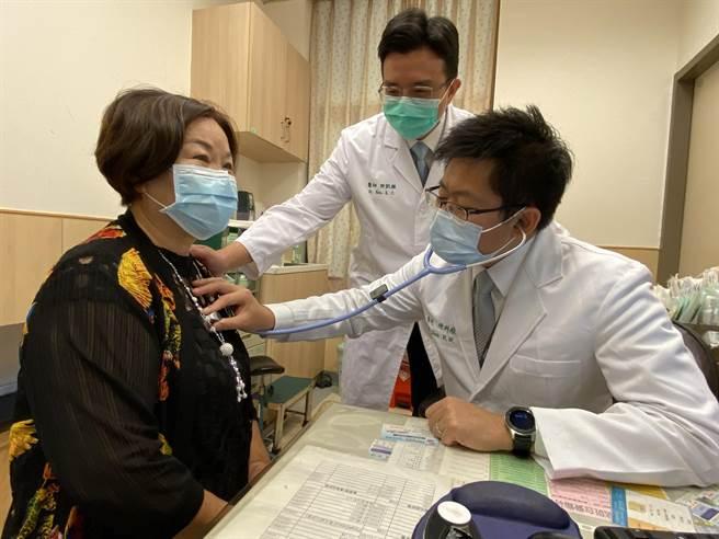 陳女士(左)腹痛難忍到中國醫藥大學附設醫院掛急診確診為心肌梗塞立即進行治療,出院後回診,內科部心臟血管科陳科維(中)指稱,因即時治療其心臟功能恢復良好。(馮惠宜攝)