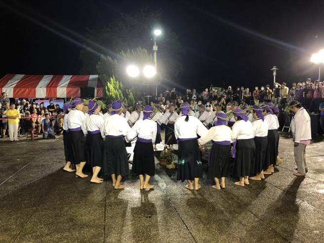 台南東山吉貝耍西拉雅夜祭是當地聚落年度的盛事,拜豬牽曲儀式從20日深夜開始,一直持續到21日隔天凌晨,族人都齊聚公廨觀禮。(顏震宇提供/莊曜聰台南傳真)