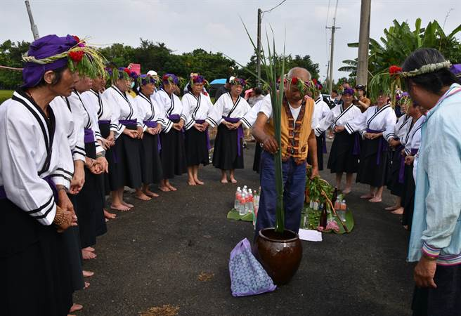 吉貝耍一年一度的夜祭在21日下午由部落婦女演唱牽曲、採青走向,族人在農路旁以牲禮三向敬獻祖靈的「孝海祭」後,畫下句點。(莊曜聰攝)