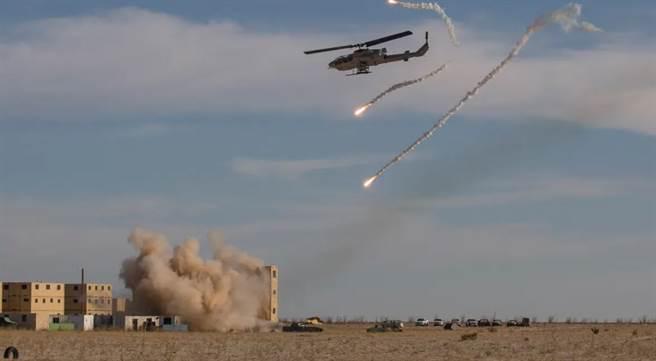 AH-1W對地面目標發動火箭彈攻擊。(圖/US MARINE)