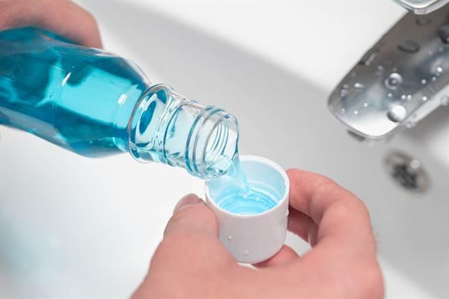 細胞實驗表明,漱口水能夠殺滅冠狀病毒,因此漱口或許可以降低病毒量。(圖/shutterstock)