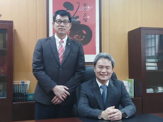 昶昕總經理陳彥亨博士(右)、財務副總經理黃育賢(左)。圖/張秉鳳