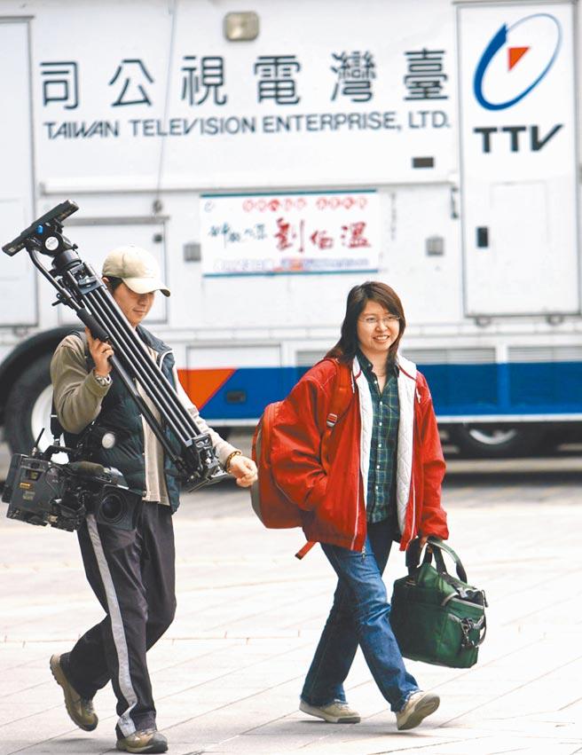 行政院長蘇貞昌說不會介入中天新聞換照案。但2007年發生「台視釋股案」,當時蘇內閣要求日本股東富士電視台賣股給特定媒體,而且還是富士台來台灣開記者會踢爆,指控蘇內閣的做法,「若在美日,早已是醜聞」。(本報資料照片)