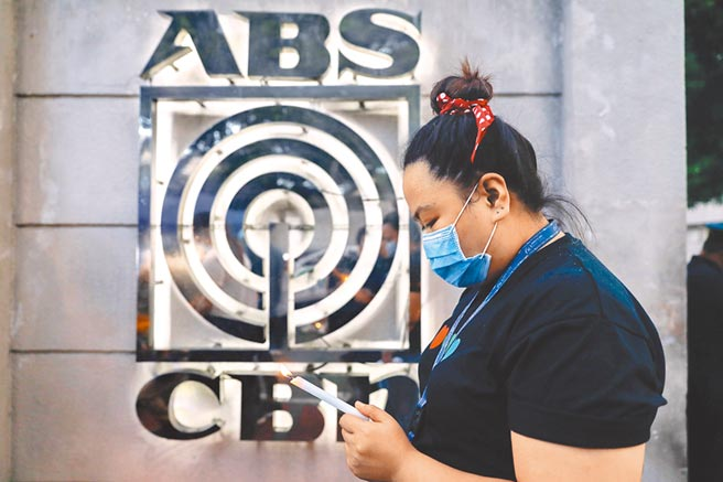 菲律賓電視台ABS-CBN,因得罪總統杜特蒂,今年5月換照未過後即被迫停播。(路透)