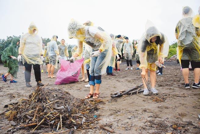 國內海底垃圾調查結果,其中最髒樣站位於淡水河口外海,垃圾密度高出全球平均近90倍。圖為過去鄰近淡水洲子灣海灘淨灘活動。(本報資料照片)