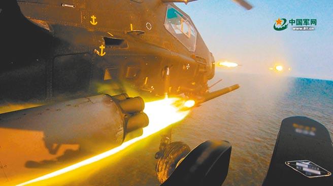 中美關係牽動兩岸關係,讓台海成為近期國際熱點,圖為中國大陸第81集團軍某陸航旅在勃海灣進行海上實兵實彈演習。(摘自中國軍網)