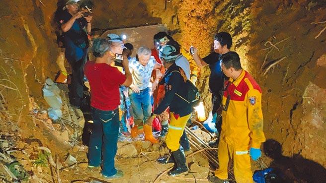 工人受困引水隧道,警消動員搜救,成功救出2人。(民眾提供/廖志晃南投傳真)