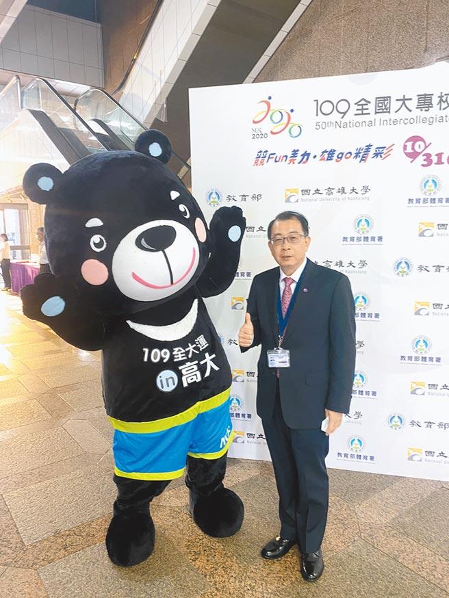 體育署長張少熙與2020年全大運吉祥物熊拉拉合影,期許大會圓滿順利。(體育署提供)