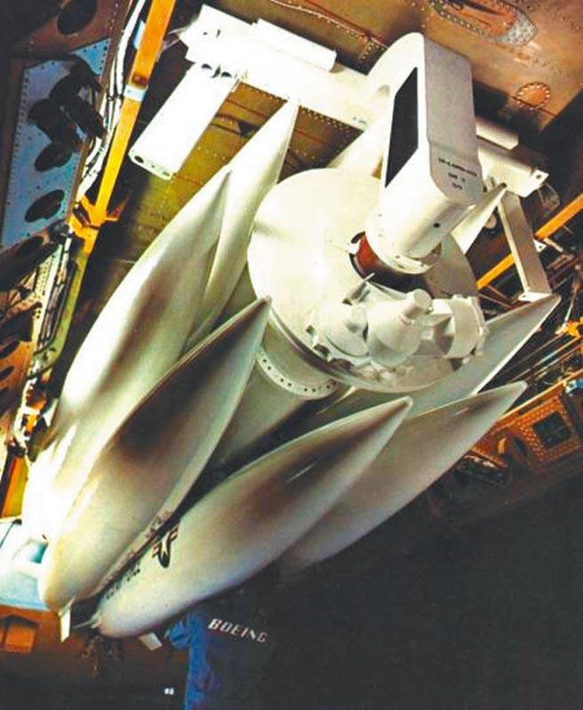 波音公司檢查AGM-69空射彈道飛彈。(取自波音官網)