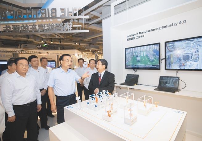 9月22日,大陸國務院總理李克強在上海自貿區考察外資企業。(新華社)