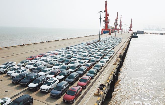 上海自貿試驗區臨港新片區新出廠的汽車等待裝船轉運。(新華社資料照片)