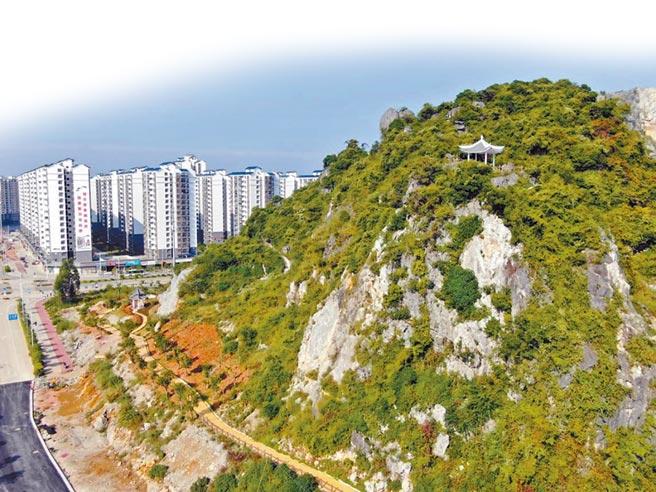點燈山上修建有登山步道和涼亭。(陳海珠攝)