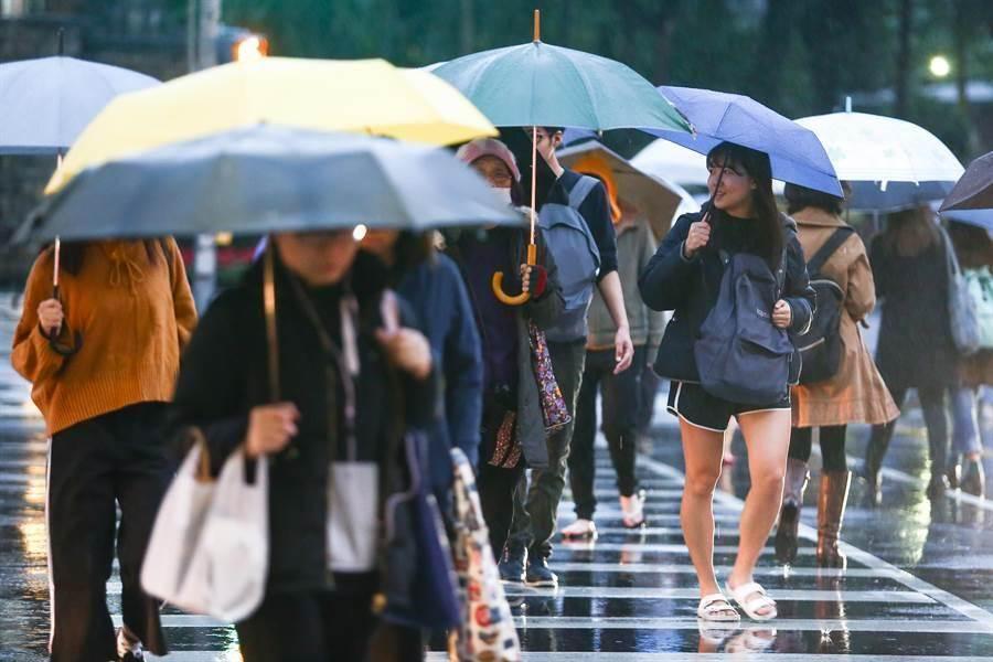 受其外圍環流水氣和東北風影響,今日易有短時強降雨。(本報系資料照)