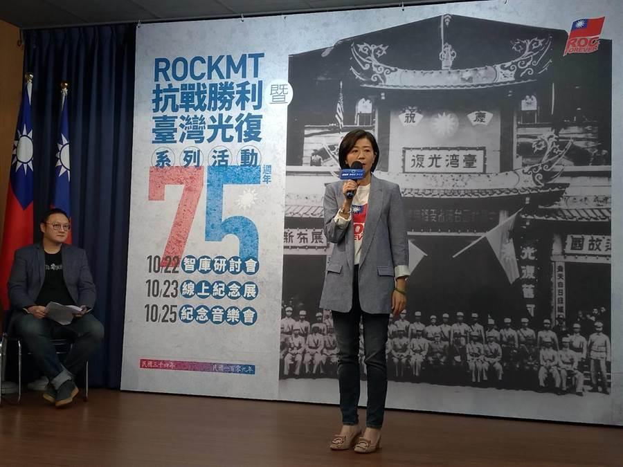 王育敏說明台灣光復節紀念音樂會。(黃福其攝)