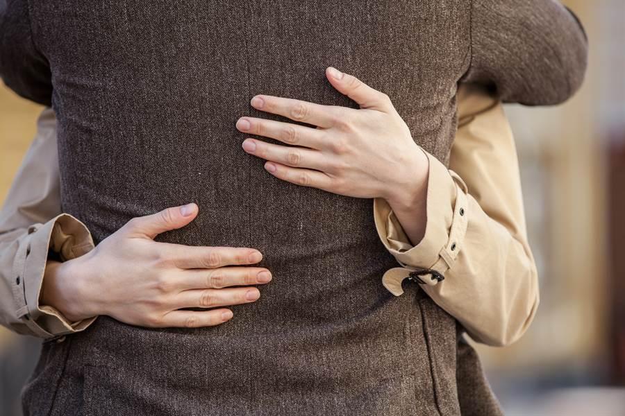 台北市一名清潔工今年1月在工作地點,從背後環抱另一名清潔工女同事,觸碰女同事腹部、臀部和私密部位。(示意圖/達志影像/Shutterstock提供)