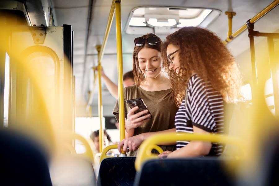 台北市一名女大生日前因為坐在公車博愛座上,遭另一名站著的婦人當眾罵「這裡有寫博愛座!你們書都讀到哪裡去了」。(示意圖/達志影像/Shutterstock提供)
