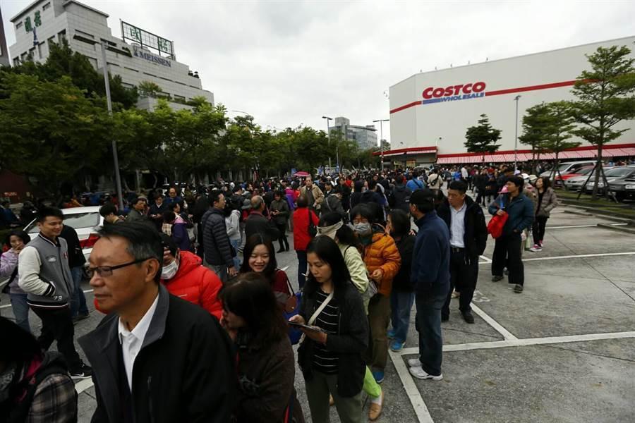 好市多「黑色購物節」來了!連7天搶起來 時間出爐。示意圖往年的「黑色購物節」。(資料照 張鎧乙攝)