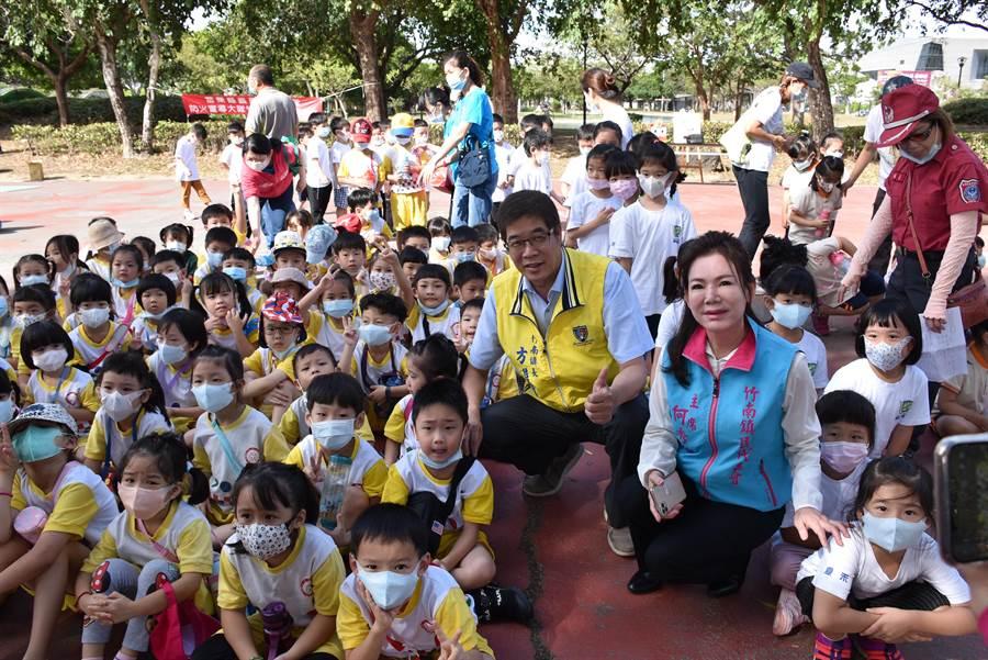 竹南鎮長方進興(左)與鎮代會主席何秀綿(右)參加竹南小小消防營,和小朋友打成一。(謝明俊攝)