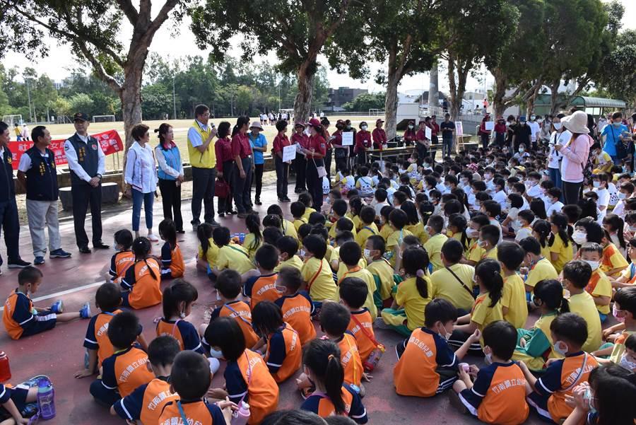 消防局第2大隊竹南分隊及竹南防宣隊21日上午在竹南運動公園舉辦小小消防營,有9百位小朋友參加。(謝明俊攝)