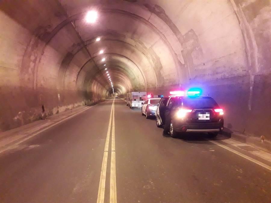 運鈔車疑因冷卻水系統過熱,拋錨在隧道內,警方獲報前往現場戒護。(大湖警分局提供/巫靜婷苗栗傳真)