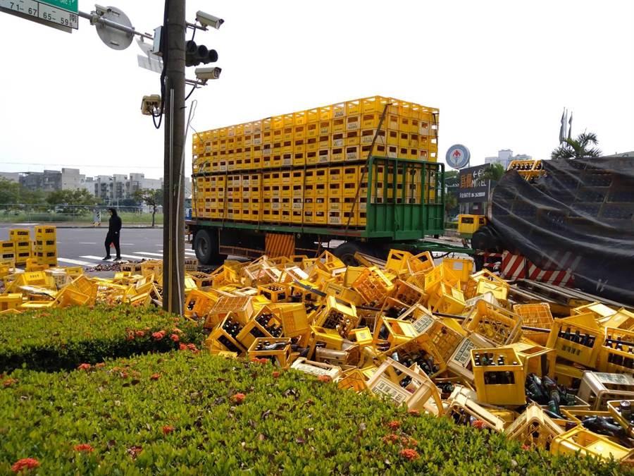 載運啤酒的聯結車疑似綑綁不牢,近兩萬支玻璃瓶在車輛轉彎摔落馬路,酒水灑落一地。(讀者提供/程炳璋台南傳真)