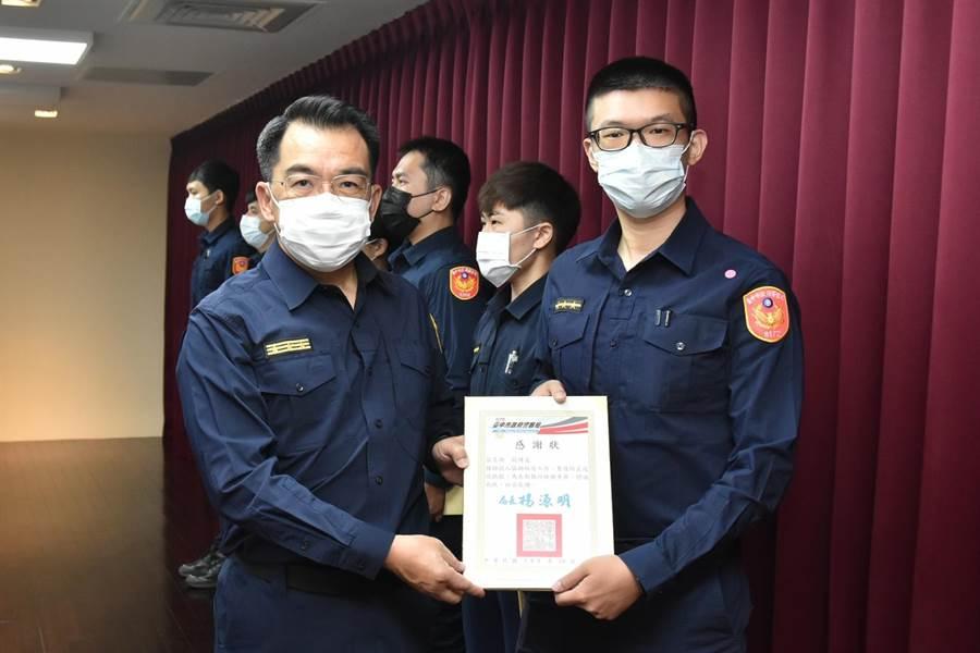 台中市警察局在新冠肺炎期間,與衛生局、民政單位合作,協助執行各項防疫工作成效卓著,並表揚142名承辦防疫業務人員。(台中市警察局提供/張妍溱台中傳真)