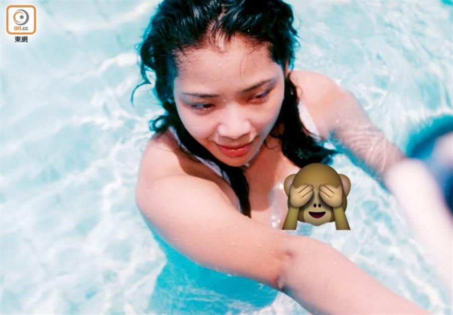 陈绮明穿泳衣露点5分钟,经助理提醒才慌张遮胸,被港媒称是离奇走光。(图/翻摄自东网)
