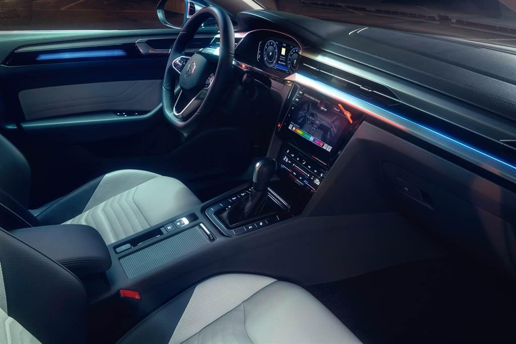 Arteon配備多達30色選擇的室內氛圍燈,讓車主可隨心所欲變換車室氛圍。