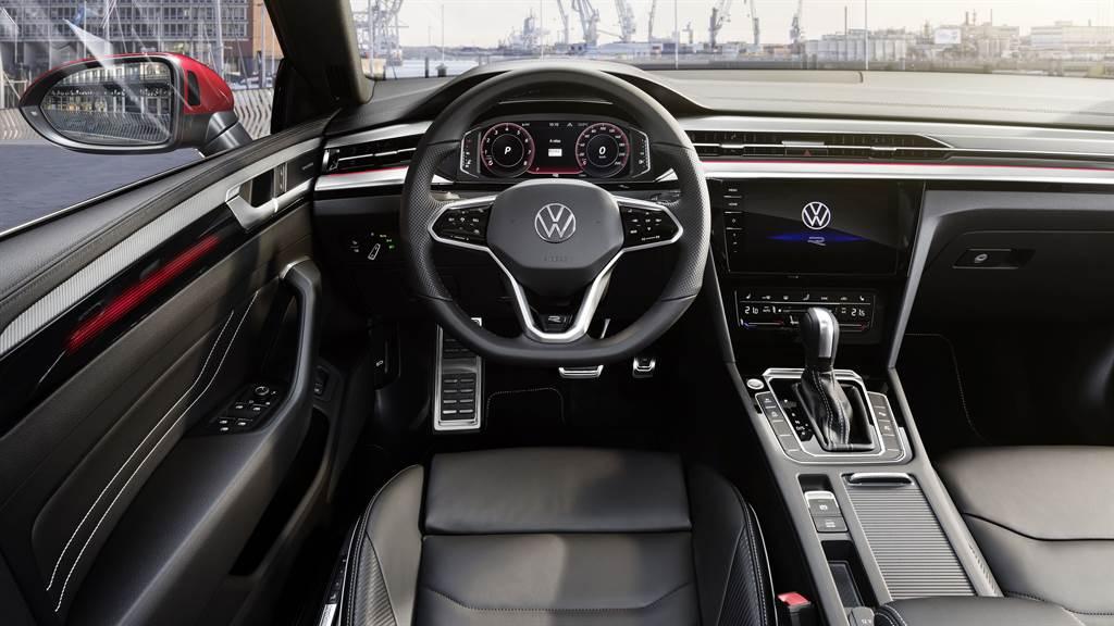 全面升級的高度數位化座艙,伴隨駕駛入座,首先迎來置於中央的10.25 吋全邏輯數位化儀表,和最新世代的第三代MIB資訊娛樂系統 。