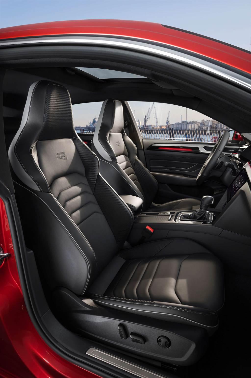 座椅採用柔軟細膩的Nappa皮革包覆,並且擁有多向電動調整及按摩功能,車主可感受到最舒適的乘坐體驗。