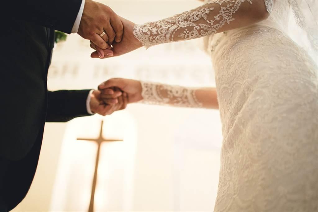一對論及婚嫁的男女,男方因岳父母開出的條件感到很崩潰,情侶倆也因此起了多次口角,讓他忍不住大嘆這段婚姻還走得下去嗎?(示意圖/Shutterstock)