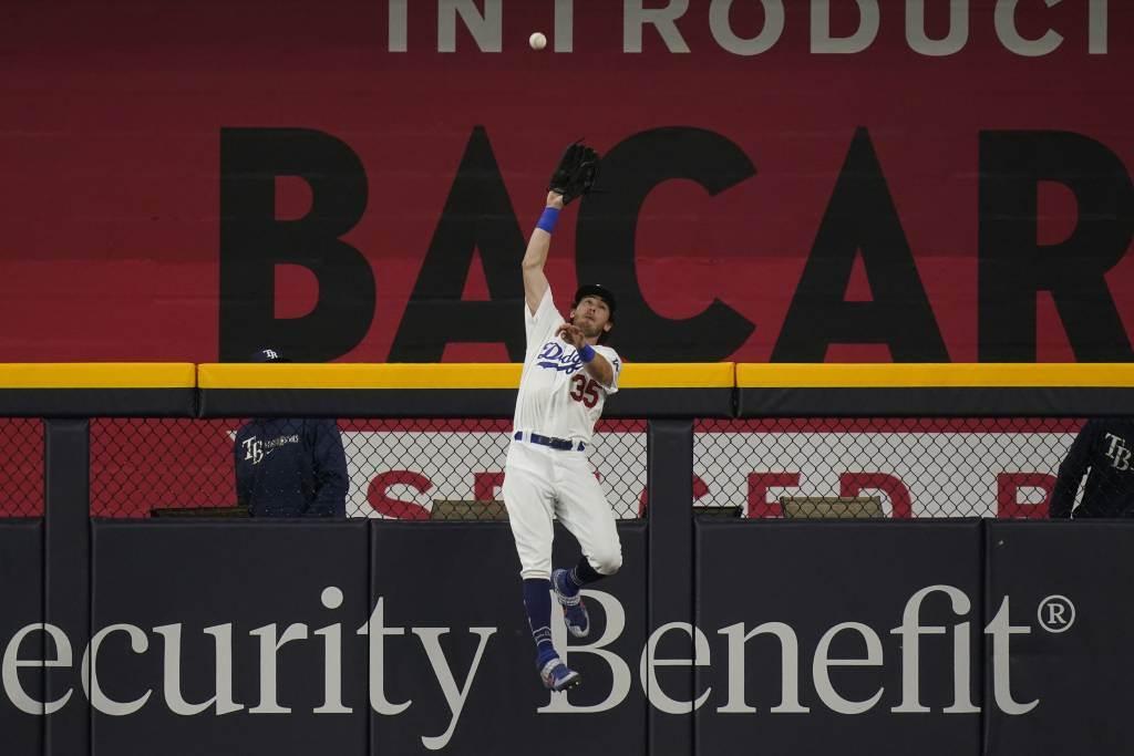 道奇外野手貝林傑跳躍接殺光芒隊的深遠飛球。(美聯社資料照)
