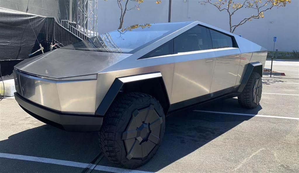 馬斯克:Cybertruck 將在 2021 年底上市交車,量產車型比當初發表會看到的更好!