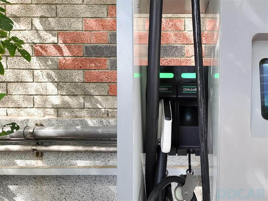 OASIS 錸寶湖口充電站實測:快充雙槍附轉接頭、特斯拉車主也能輕鬆補里程!