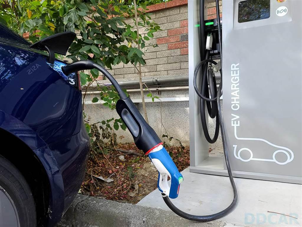接上後,直直插進你的愛車,打開 APP 就可以開始充電了。