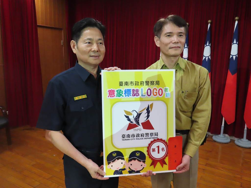 台南市政府警察局公開徵選局徽新設計,Logo出爐,是結合市徽與警鴿的亮眼設計。(莊曜聰攝)