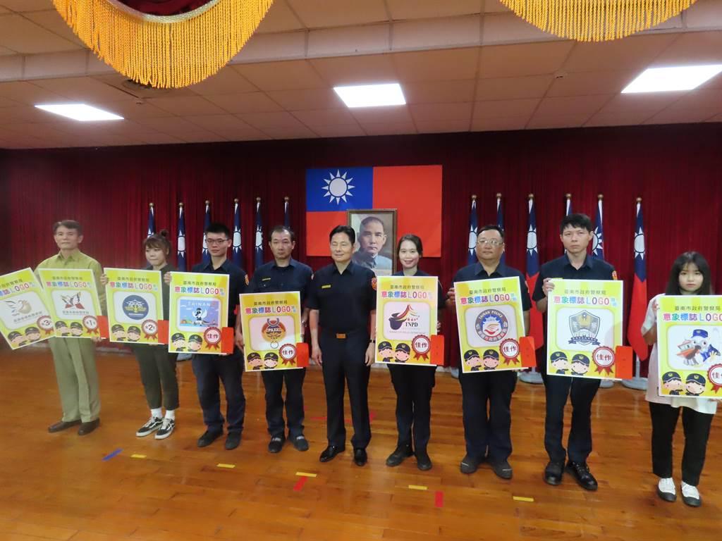台南市政府警察局公開徵選局徽新設計,Logo出爐,選出前3名與6名佳作公開頒獎。(莊曜聰攝)