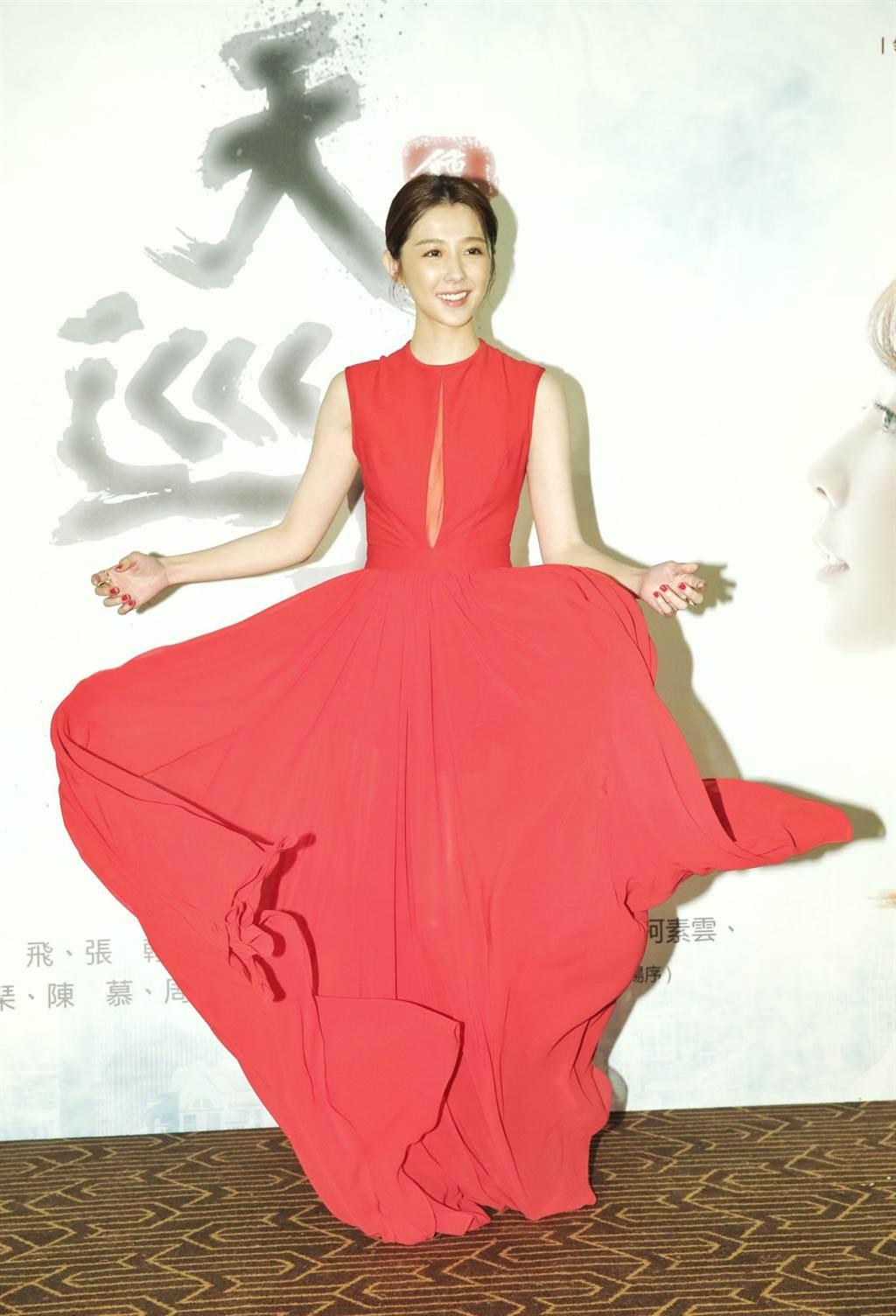 邵雨薇一身性感紅色長洋裝出席台視、三立《天巡者》首映會。(盧禕祺攝)