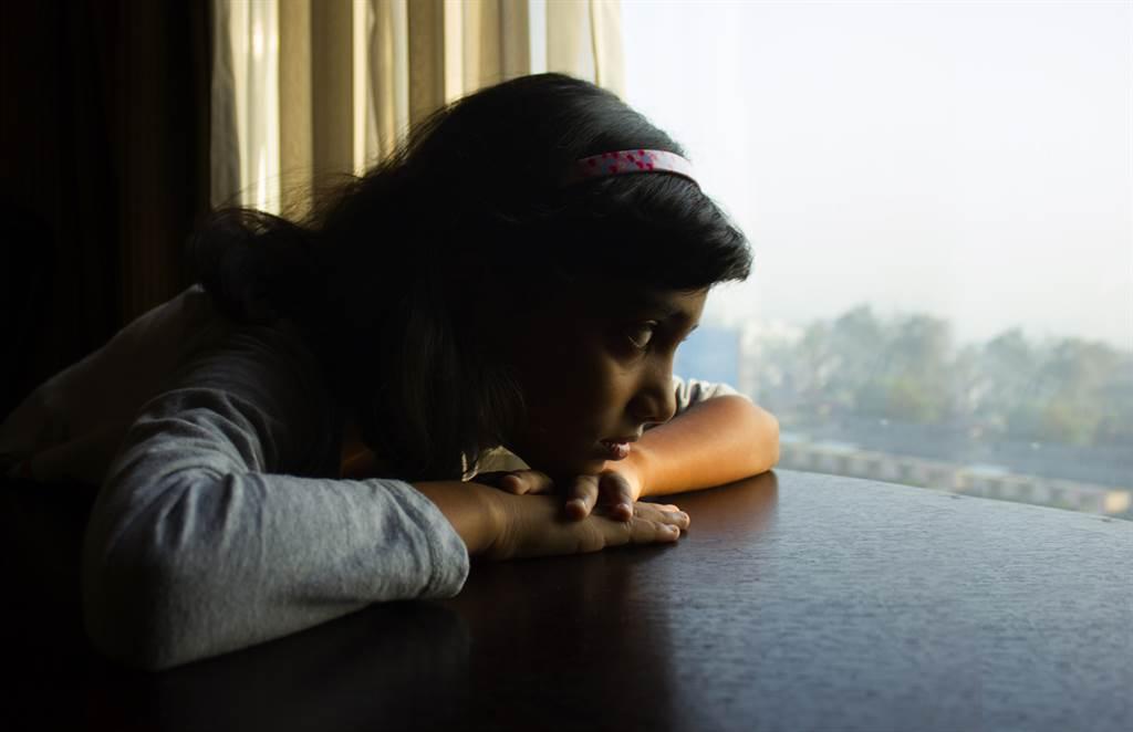 精神科醫師表示,憂鬱症不只有情緒問題、也會出現身體方面的症狀。(達志影像/shutterstock)