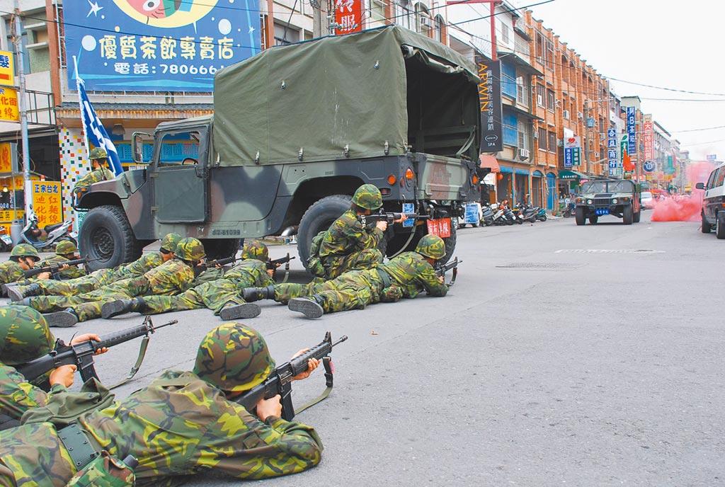 國防部表示,為強化4個月軍事訓練役的戰力,服役期間將把重點放在城鎮守備戰訓練。圖為後備部隊在屏東進行相關演訓。(本報資料照片)