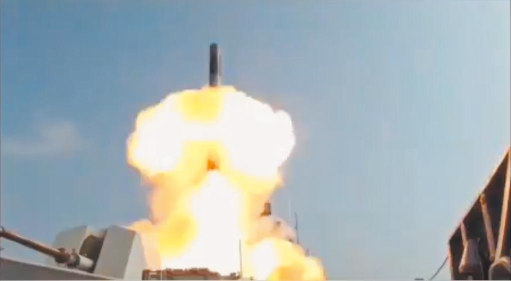 10月18日,印度海軍成功在驅逐艦上試射布拉莫斯飛彈。(影片截圖自推特@indiannavy)