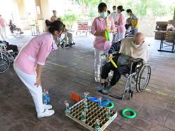豐原醫院開張柑仔店 長者坐著輪椅也要玩