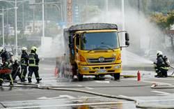標線車燒起來 消防隊員搬下五桶瓦斯