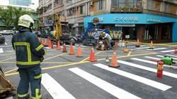 北市大安區敦化南路疑瓦斯外洩  警消封鎖開挖找洩漏點