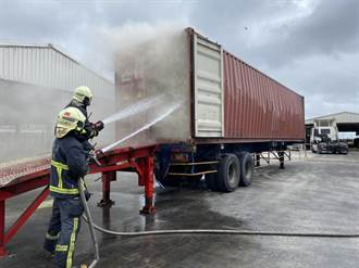 牧草帶火神連引兩起火燒車 曳引車和貨櫃車接連起火