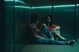 許含光大解放電梯激戰秀裸背 女友吃味生氣
